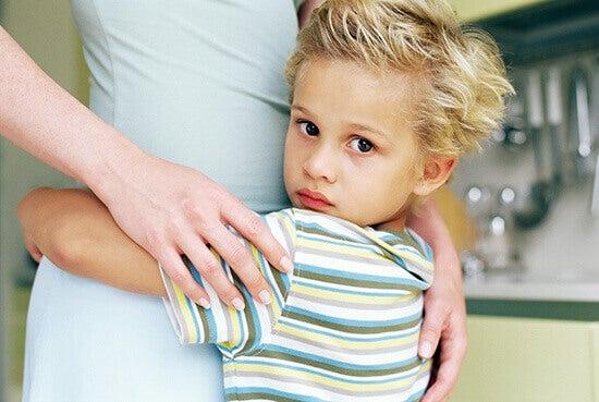 Dziecko z mamą. Toksyczna rodzina może zniszczyć życie