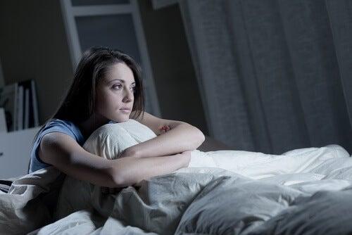 Dziewczyna w łóżku cierpi na bezsenność
