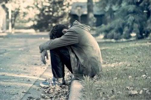 obrażony nastolatek izolujący się od otoczenia - nastolatki i narkotyki