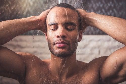 Gorący prysznic a ból szyi