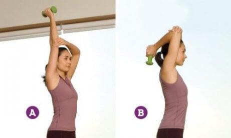 ćwiczenie z hantlami za głową wzmacnia ramiona i plecy