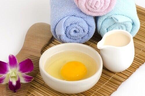 jaja łazienka Maseczka przygotowana z miodu i jaja kurzego spowolni pojawianie się łupieżu