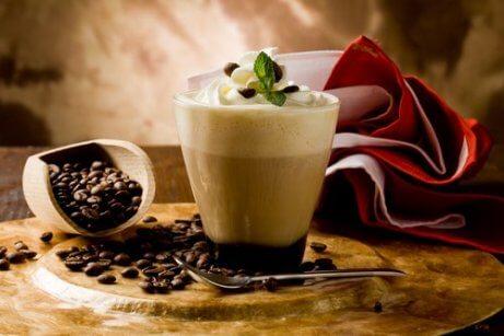 Kawa z bitą śmietaną nawyki o poranku