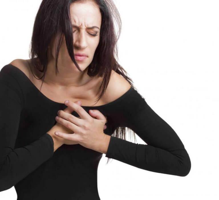 Kobieta cierpi na kłucie w sercu