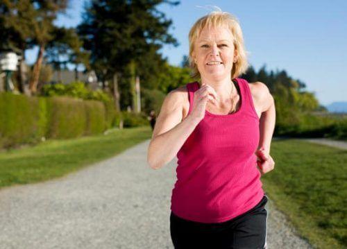 Kobieta uprawia jogging, czyli jak nie przytyć