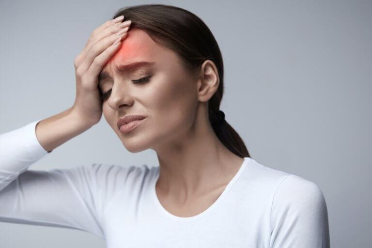 Kobieta cierpi na ból głowy a Ciśnienie tętnicze