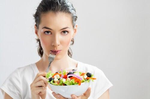 Kobieta je sałatkę a Epigastralgia