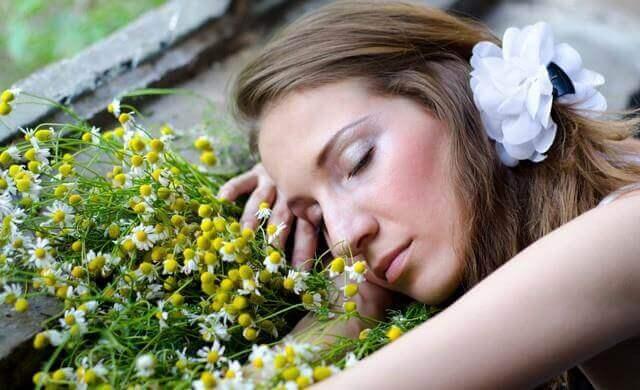Spanie na kwiatach