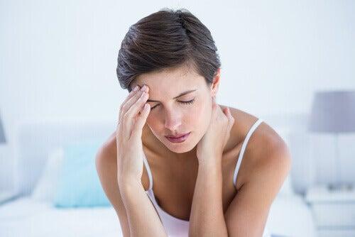 Kobieta cierpi na migrenę quinoa w diecie