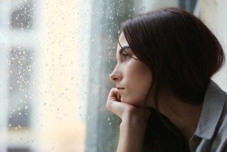 Kobieta patrząca w dal, Samotność