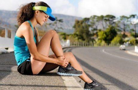 Kobieta po treningu bóle mięśni a niewyspanie