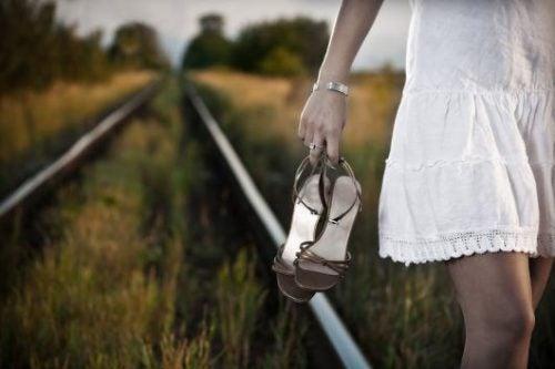 kobieta spacer po torach, a kontrola nad zyciem