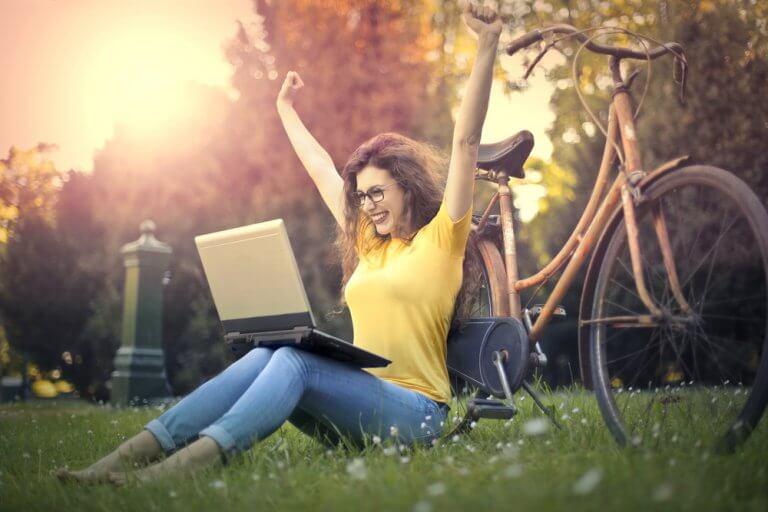 Kobieta w parku z laptopem