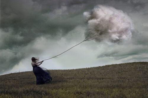 kobieta walczy z chmurą