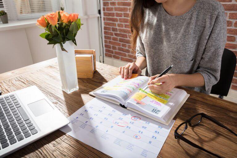 Kobieta z laptopem i kalendarzem