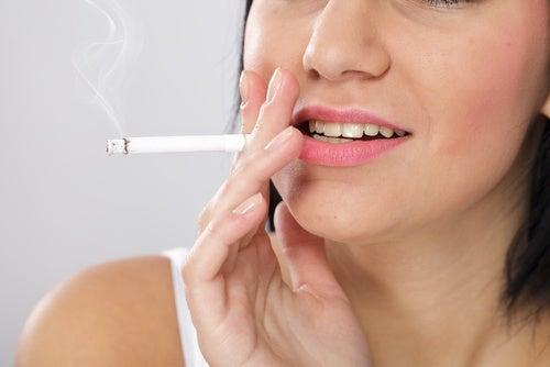 Kobieta z papierosem a zdrowie tarczycy