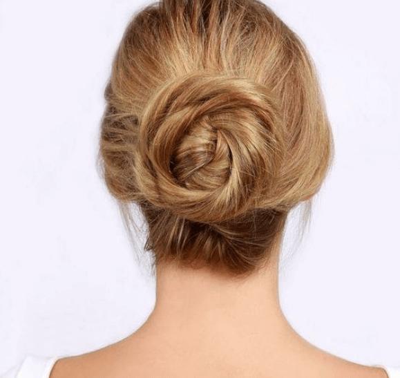 Włosy upięte w kok - łatwe fryzury