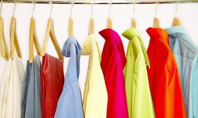 Kolorowe ubrania wiszą na wieszakach
