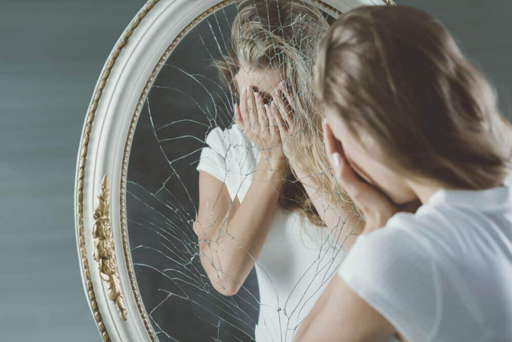 Powody, dla których osoba kłamie, stłuczone lustro kobieta