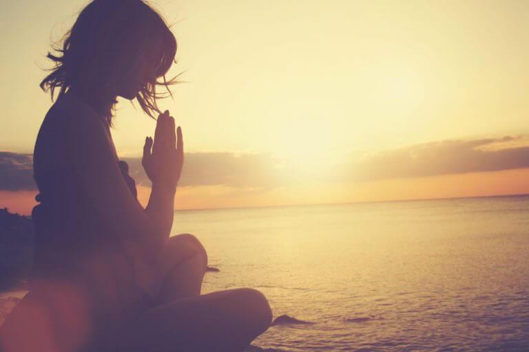 Medytująca kobieta świadoma swoich emocji zwalcza wypalenie emocjonalne