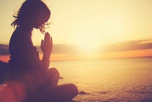Medytacja kobieta a zespół złamanego serca
