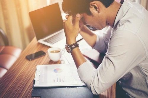 Mężczyzna i ból głowy spowodowany przez stres