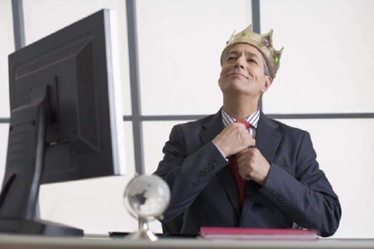 Mężczyzna w biurze z założoną koroną - zdrowie psychiczne a samoocena