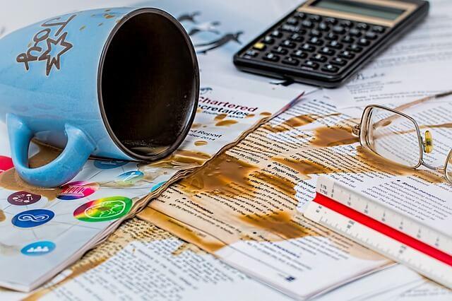 Rozlana kawa na gazecie. Popełniony Błąd toksyczne słowa