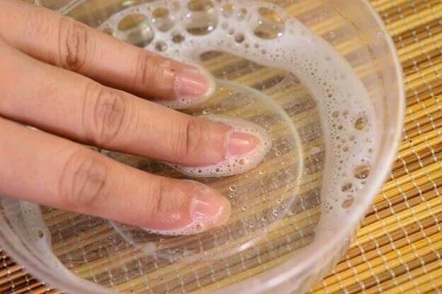 Moczenie paznokci u rąk w wodzie utlenionej