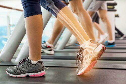 kości pracują na bieżni a chodzenie