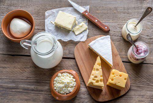 sery, nabiał mogą powodować ból brzucha