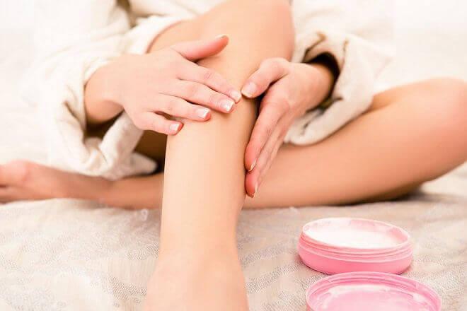 Nawilżanie skóry nogi