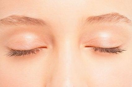 Maseczka z białka na okolice oczu i powieki