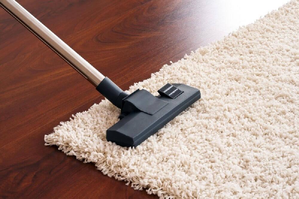 Odkurzanie dywanu a środki czyszczące eko