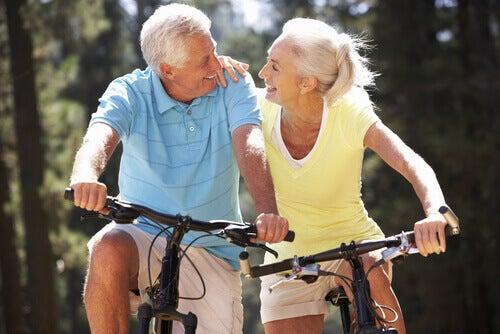 Starsza para na rowerze