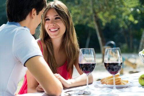 Para na randce przy winie