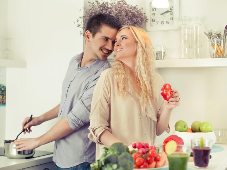 Para w kuchni wspólnie gotuje