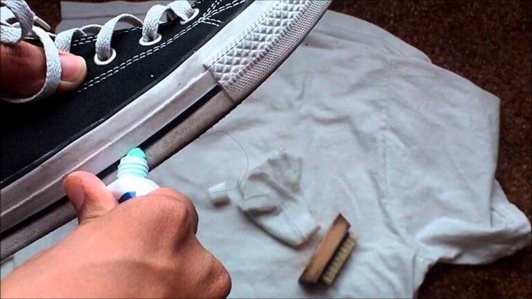 Pasta do zębów na buty