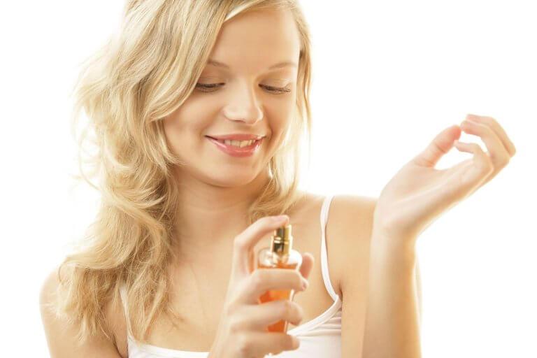 Kobieta stosuje perfum