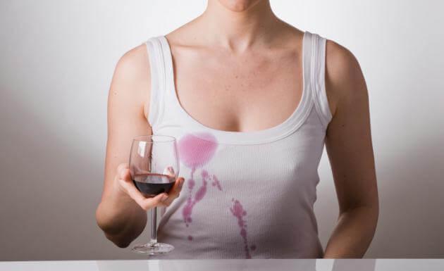 Koszulka poplamiona czerwonym winem, wybiel ja woda utleniona
