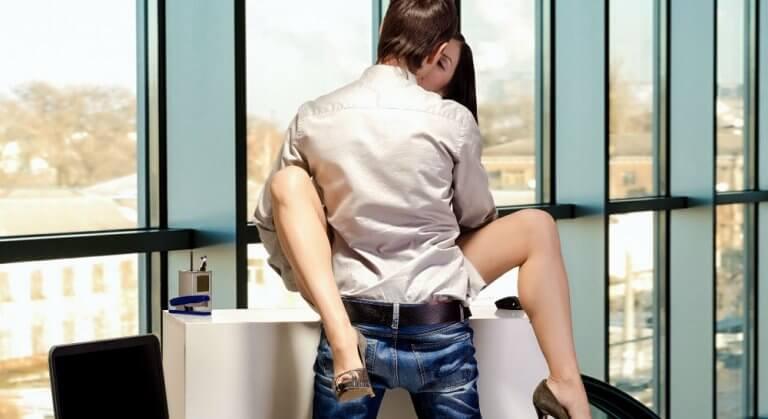 Seks w biurze na biurku
