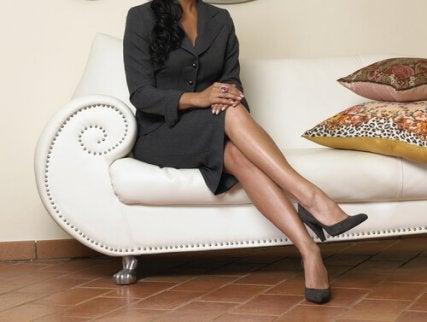 Siedząca kobieta noga na nogę czyli złe nawyki