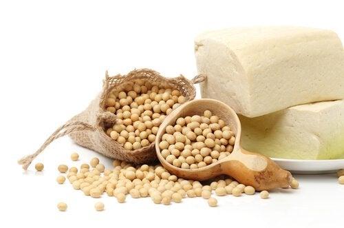 ziarna soi w woreczku i na miarce - soja szkodzi na niedoczynność tarczycy