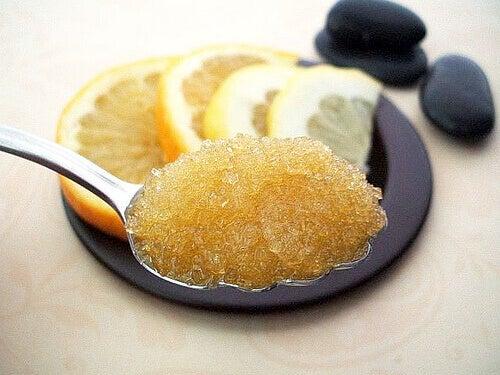 sok z cytryny z cukrem na piękne dłonie