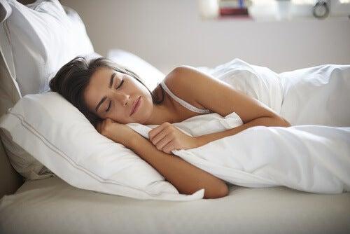 Śpiąca kobieta, galaretka ułatwia zasypianie