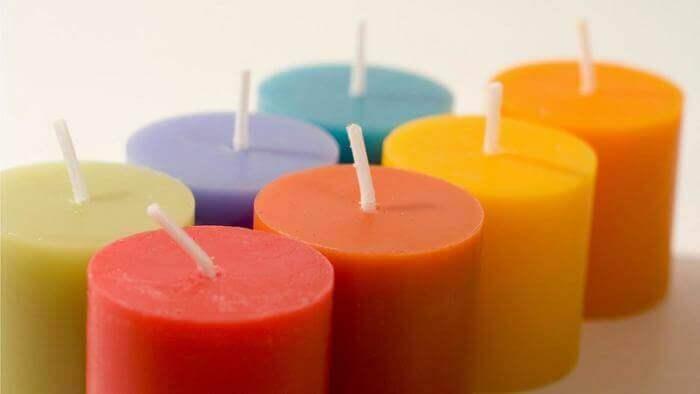 Kolorowe świece A Oczyszczanie energetyczne domu