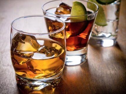 Szklanki z whisky. Wątroba nie przepada za alkoholoem