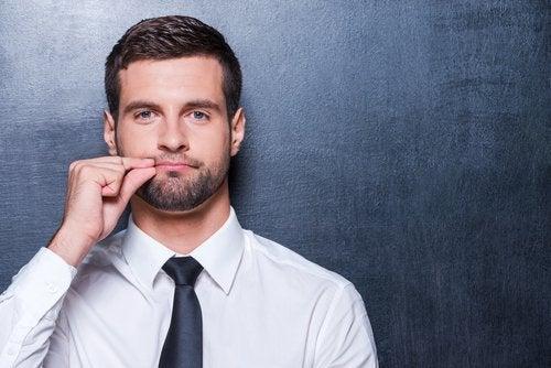 Mężczyzna zapina usta na suwak