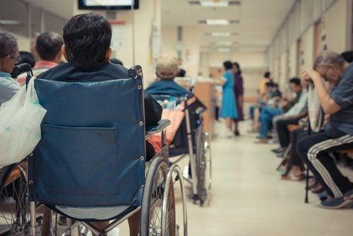 szpital dziecko na wózku inwalidzkim