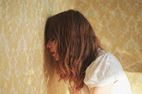 Załamana kobieta a Samotność
